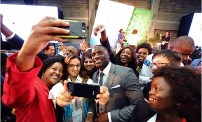 US recording artist and entrepreneur Akon (centre) poses for photos after speaking at the 2015 Global Entrepreneurship Summit in Nairobi
